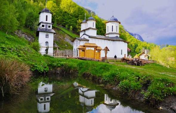 PĂTRUNSA-schitul-manastirea-patrunsa