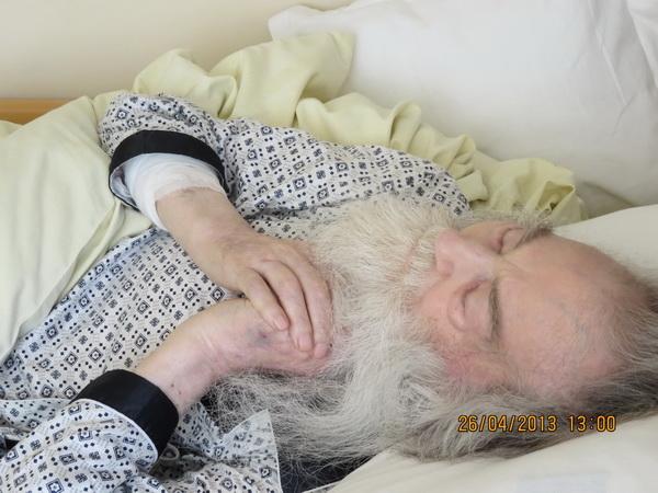 Parintele-Justin-Parvu-pe-patul-de-suferinta-in-spital-26-aprilie-2013