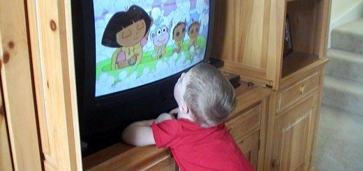 copil-televizor-desene-animate