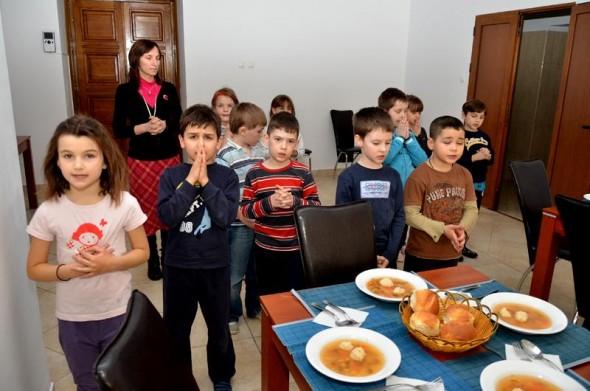 copii-rugaciune-masa