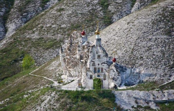 manastire-in-pestera-rusia