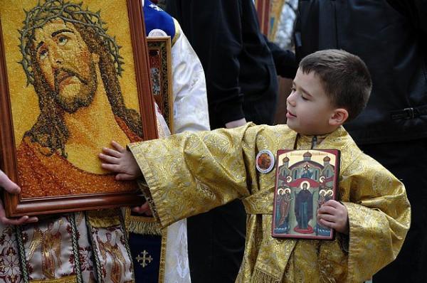 copil-rugaciune-biserica