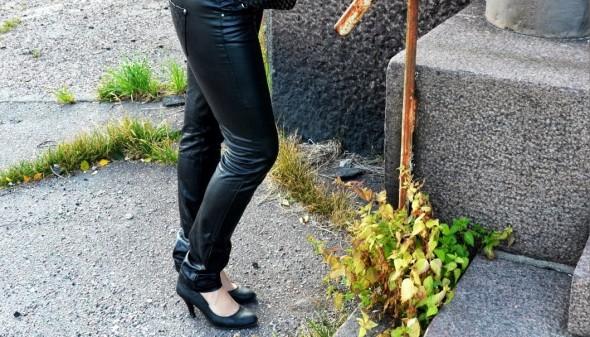 Femeie in pantaloni pe strada