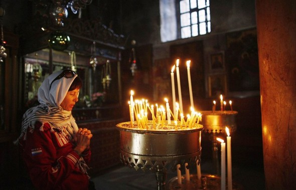 rugaciune femeie in biserica