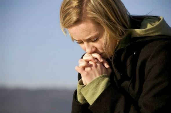 femeie plangand in suferinta