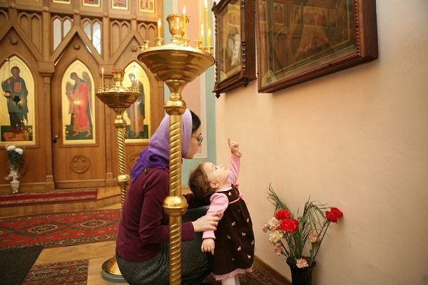 femeie-copil-rugaciune-icoana