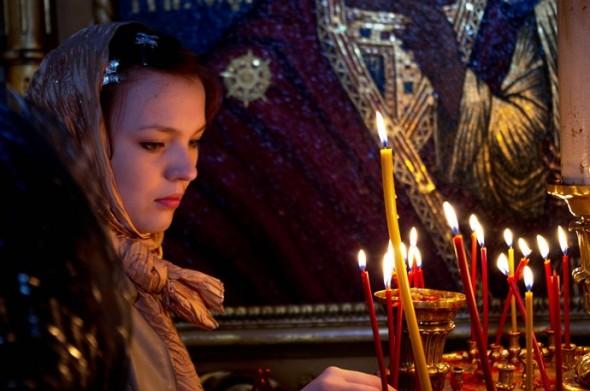 femeie la rugaciune