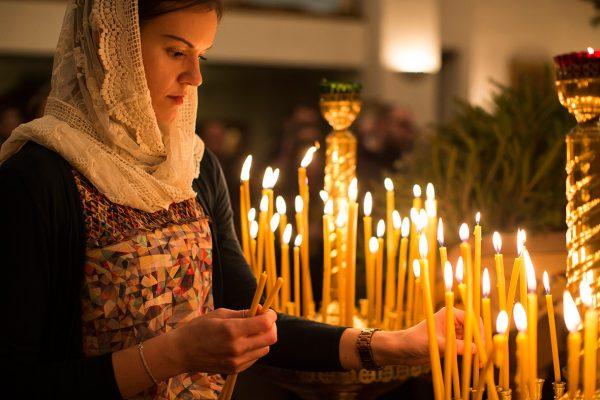 femeie-lumanari-rugaciuni