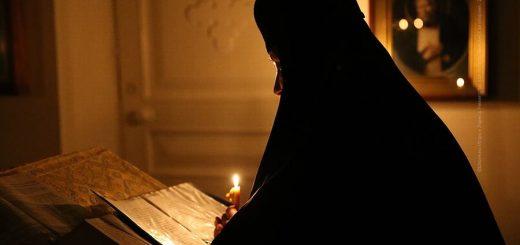 monahie-calugarita-lumanare-biserica-citit