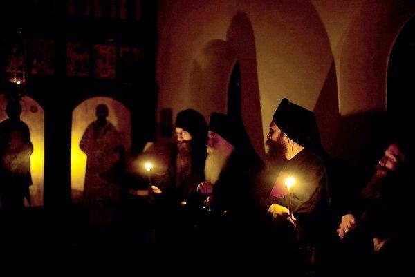 rugaciune-lumanari-biserica-calugari-monahi
