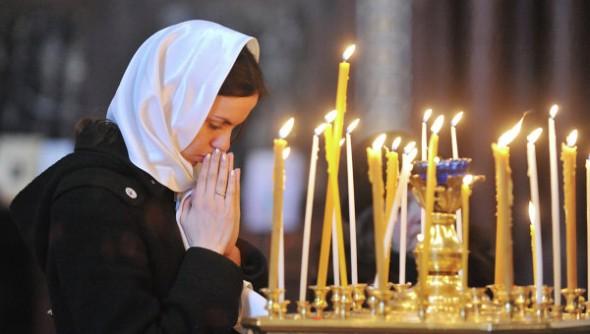 spovedania-rugaciune-femeie-lumanari