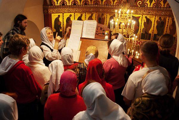 femei-biserica-rugaciune