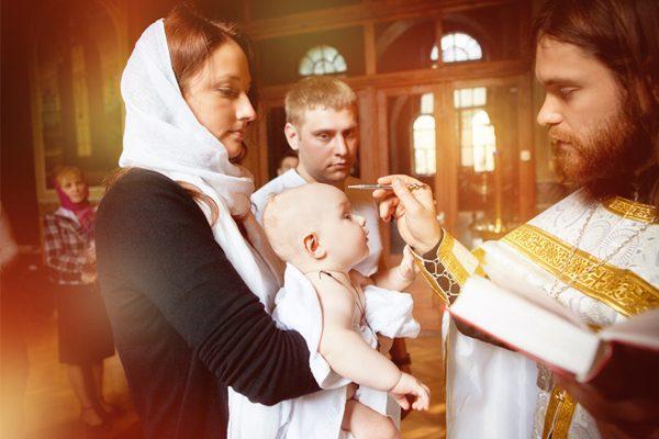 femeie-barbat-copil-preot-biserica