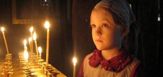 copil-fetita-biserica-lumanari