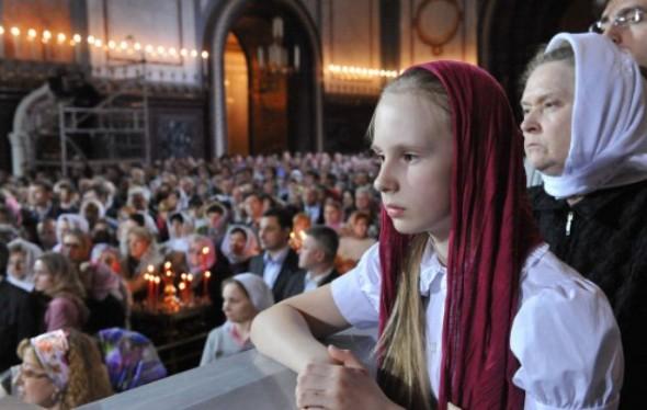 in biserica rugaciune fata femeie