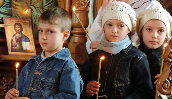 copii biserica lumanari icoane