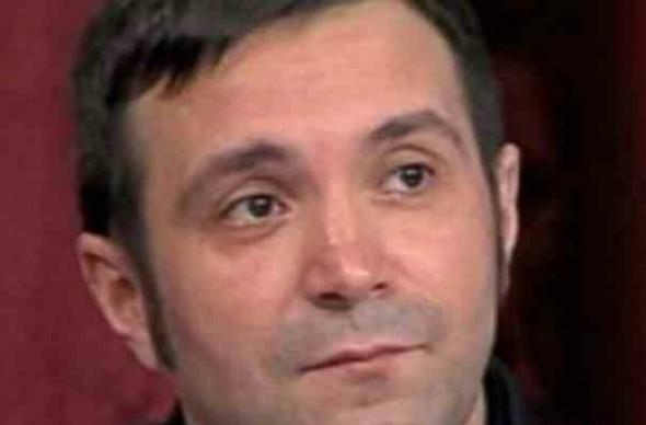 Daniel Buzdugan la mormantul pr Arsenie Boca