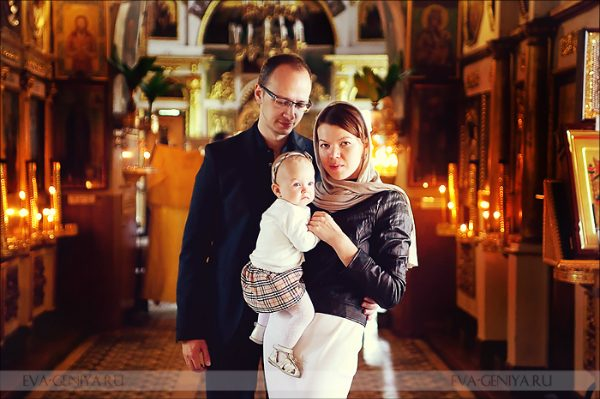 familie-barbat-femeie-copil-biserica