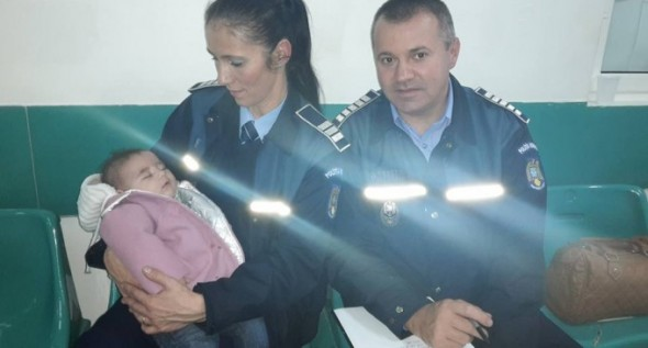 Polițiștii de proximitate i-au cumpărat atât mamei, cât și copilului, haine groase