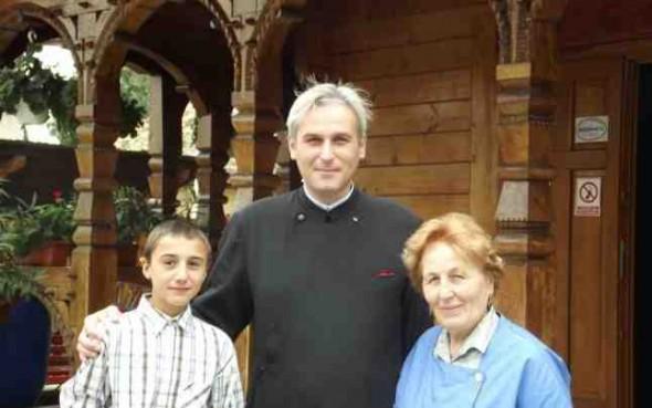 Părintele Vasile Cîrlan, alături de Marian şi mama sa FOTO M.I.
