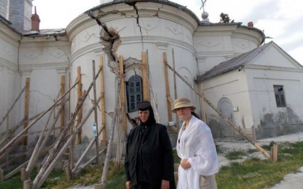 Una dintre călugăriţe, în faţa mănăstirii