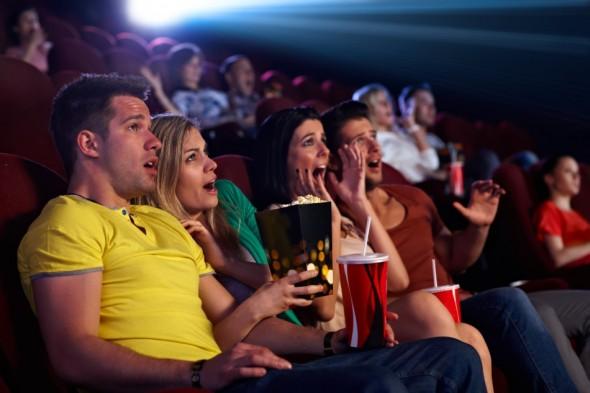 """Vicary susţinea că, în timpul unui film, el ar fi expus spectatorii la mesaje preţ de doar 1/3.000 dintr-o secundă, îndemnându-i să cumpere popcorn şi Coca-Cola. Consultantul a anunţat că în ciuda faptului că spectatorii nu erau conştienţi de aceste îndemne, vânzările de popcorn şi Coca-Cola au explodat în timpul celor şase săptămâni în care a fost desfăşurat """"experimentul"""". (Foto: Shutterstock.com)"""