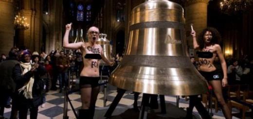 """Activistele Femen în plin exercițiu de """"protest"""" în Notre Dame"""
