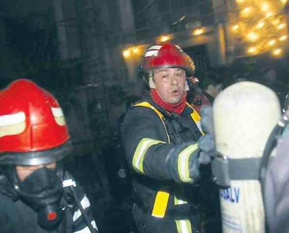 FOTO: Unii dintre pompieri au scos trupurile neînsufl ețite din Club Colectiv cu lacrimi în ochi FOTO: ISU BUCUREȘTI-ILFOV