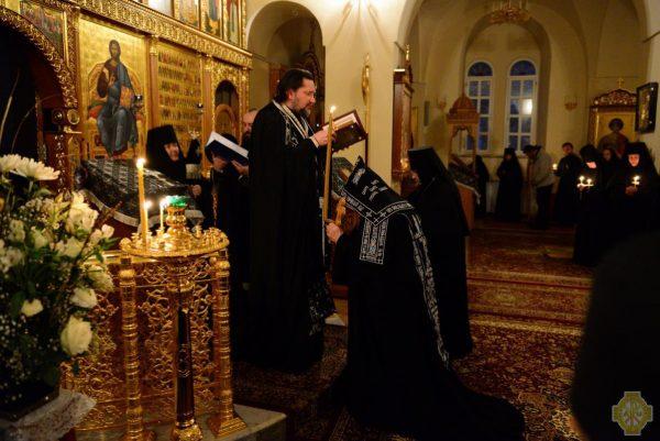preoti-calugari-monahi-rugaciune-biserica-lumanari