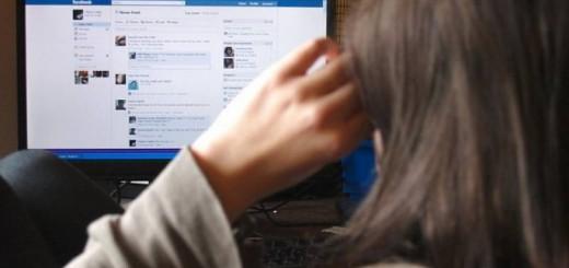 Femeie-facebook