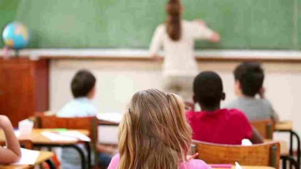 696087941-levantar-la-mano-pizarra-clases-escolares-limpiar-proceso