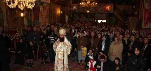 PS-Sebastian-printre-credinciosi-in-biserica-Manastirea-Clocociov