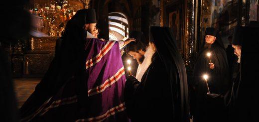 calugari-monahi-preoti-biserica-lumanari