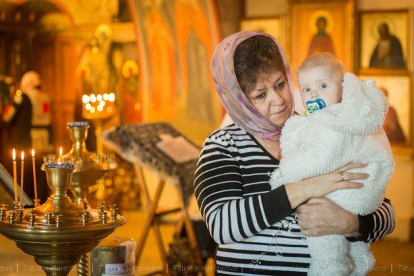 copil-femeie-bunica-biserica