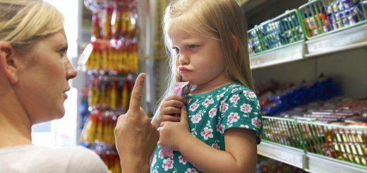 mama-copil-supermarket-fetita