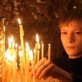 copil-baiat-icoana-biserica-rugaciune-lumanari
