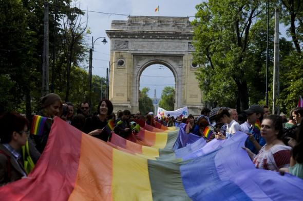 Persoane desfasoara steagul LGBT, in timpul Marsului Diversitatii organizat de Asociata Accept cu ocazia celei de a zecea editii a GayFest, in Bucuresti, sambata, 8 iunie 2013. ANDREEA ALEXANDRU / MEDIAFAX FOTO