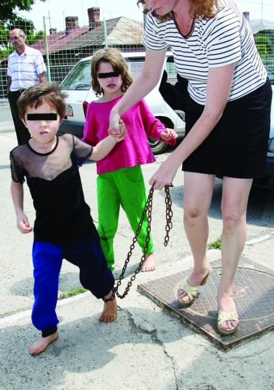 Când au salvat copii, asistenţii social nu au reuşit să le taie lanţurile  FOTO Mediafax