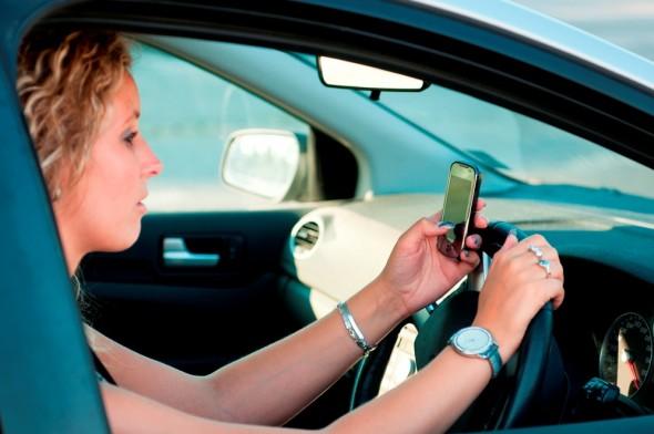 Femeie-auto-telefon