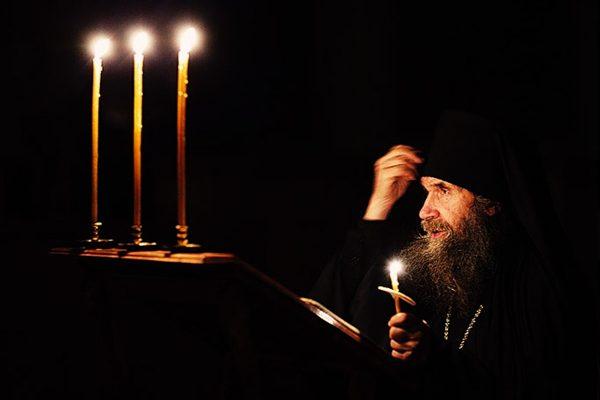 calugar-monah-lumanari-rugaciune