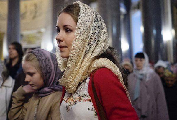cap-acoperit-femeie-biserica-rugaciune