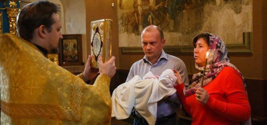 copil-biserica-botez-preot-evanghelie-femeie-barbat