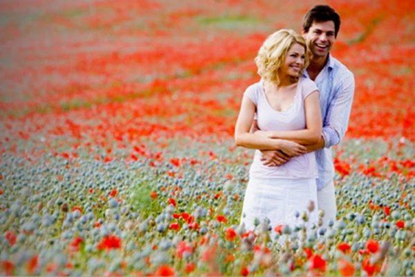 tineri-barbat-femeie-cuplu-campie-flori