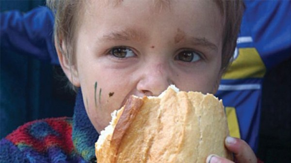 Copil-sărac-care-mănâncă-o-pâine