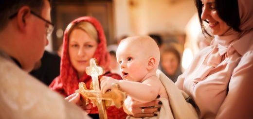 copil-biserica-cruce-botez-preot-pemeie-mama