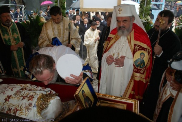 m_patriarhul-daniel-la-moastele-sf-parascheva_1350516167_4