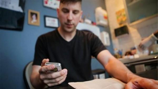 tinerii-cer-semnul-diavolului-a-inceput-moda-implanturilor-cu-chip-uri-pentru-aplicatii-pe-smartphone-chip-urile-se-injecteaza-in-mana-sau-frunte-si-costa-110-dolari-video