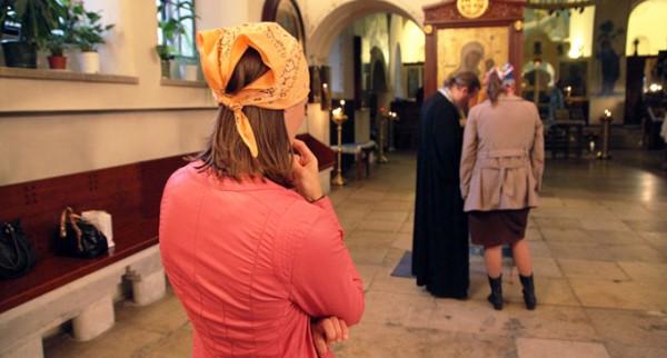spovedanie-femei-preot-biderica