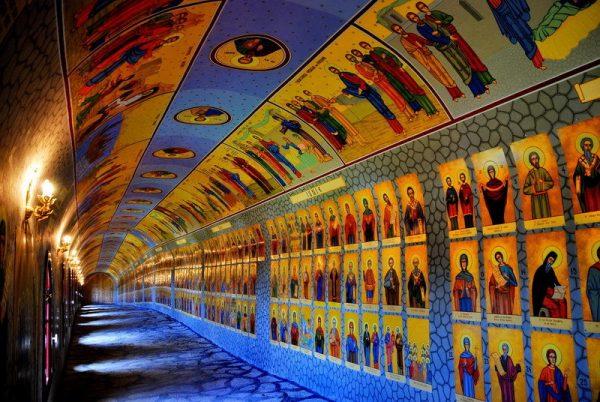 Tunelul celor 365 de sfinți din calendarul ortodox