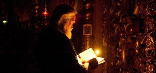 calugar-monah-biserica-lumanare